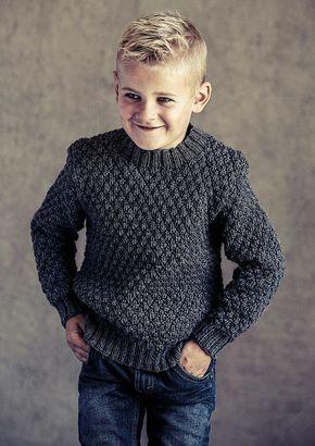 eae287f7c7e Gratis strikkeopskrift på smart sweater med strukturmønster til drenge.  Designet er med til at skabe en klassisk sweater, som samtidig