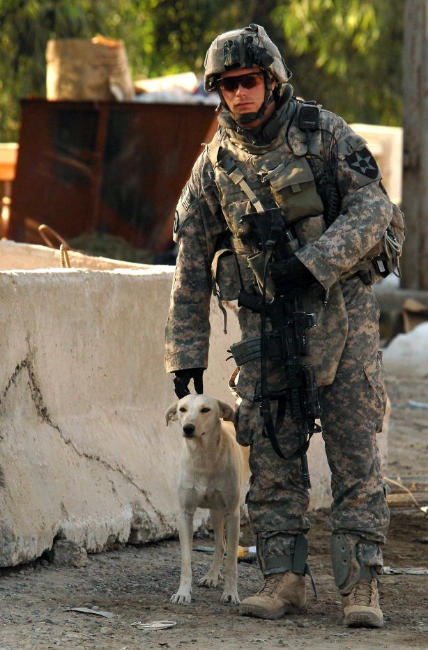 quoi de plus attendrissant qu 39 un soldat avec son compagnon quatre pattes ici un chien. Black Bedroom Furniture Sets. Home Design Ideas