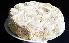 Para todos aqueles que desejam saber como decorar um bolo com rosas simples, e sem quebrar a cabeça, chega este tutorial maravilhoso com fotos de tudo.Na v