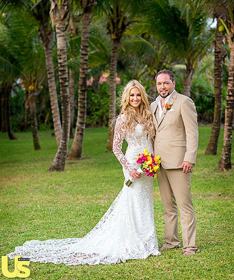 The singer and his country gal, who have been together for two years, brought a little down-home style (no shoes or ties!) to their Caribbean nuptials, held in Mexico.