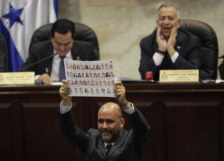Los diputados del Pac hicieron público su voto. En la imagen, Virgilio Padilla muestra su papeleta a sus compañeros y las cámaras (Foto: Alex Pérez).