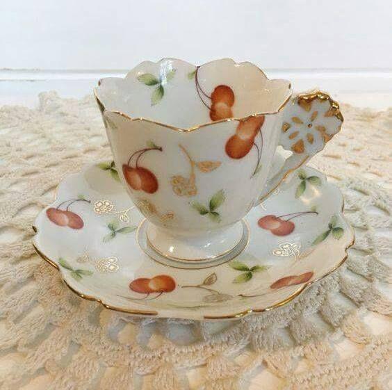 Šálek na čaj * bílý porcelán do tvaru květu s malovanými třešněmi se zdobeným ouškem.