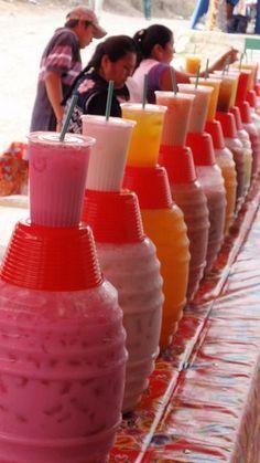 Aguas frescas de sabores naturales en sus clásicos jarrones de vidrio, no son solo atractivos al paladar. Mira que hermosa se ve la mesa de bebidas con tantos colores.