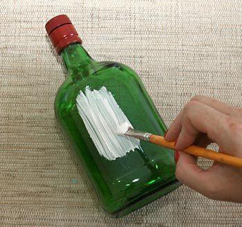 pinte a garrafa com o primer para vidros e metais