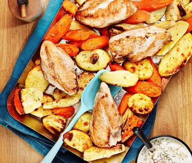 Morot, palsternacka, rosmarin och äpplen – ingredienser med en doft av skördefest. Rotfrukterna lagas i ugnen i sällskap av pressad vitlök, örter och kycklingfiléer. Serveras med en härlig röra av yoghurt, grovrivet äpple, rosmarin och honung. Smaklig spis!