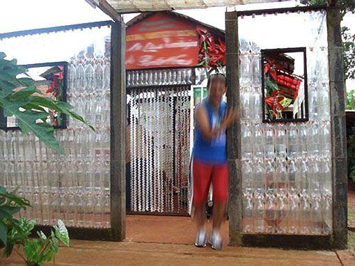 Construcción y botellas. Reciclando envases de plástico - cuidar el medio ambiente,construcción con botellas recicladas,construcción de una vivienda,envases usados de botellas de plástico,una obra de reciclado,referente ecológico,envases reciclados,bloques de hormigón,