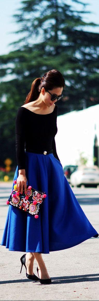 Detalles de #Estilo. Una máximo falda azul cobalto con cuerpo negro y bolso de pedrería