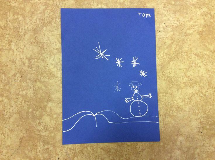 Stříbrným fixem kreslíme na modrou čtvrtku zimu.
