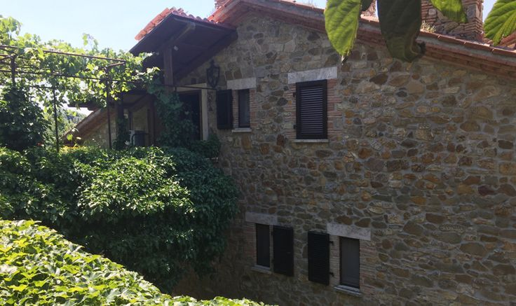 Only a few km from Poggio Murella and the famous hot Spa of Saturnia, maissonette with independent entrance and garden on two levels 6 ca 100 m2. Built entirely of stone. The ceilings with wooden beams and brick. The property is accessed from the avenue that runs through the garden.