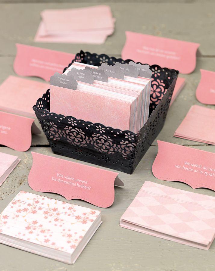 Karteikarten-Gästebuch  - Für viele ist der Eintrag in das Gästebuch eine Qual. Abhilfe schafft dieses selbst erstellte Karteikarten-Gästebuch. Schneiden Sie Karten aus schönem Papier und legen Sie diese auf einem Tisch aus.