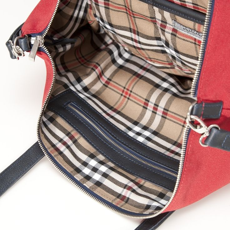 Klasyczna torebka wykonana z cordury w kolorze czerwonym. Uszy oraz pasek…