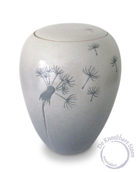 """Urn met pluizebol (mat) Urn met Pluizenbol  Voor mij staat de pluizenbol op de urn voor:  """"het loslaten van het leven, je onvermijdelijk mee laten nemen met de weg van de wind"""".   De urn is gemaakt in grijstinten (kan in vele kleuren combinaties gemaakt worden )en afgewerkt met een matte glazuur en is weerbestendig."""