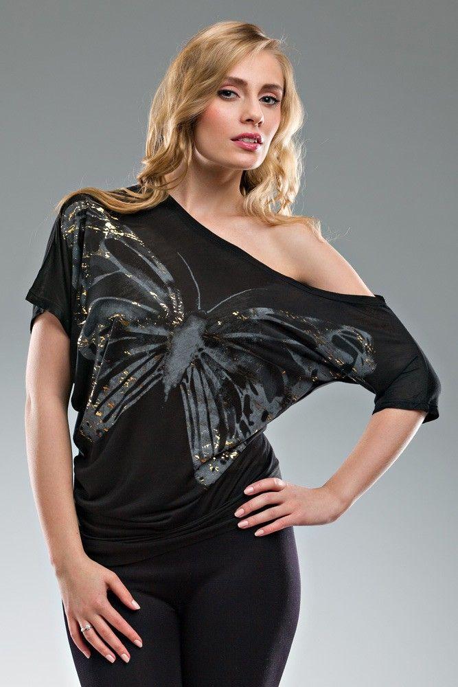 Markowa, asymetryczna bluzka damska firmy BERSHKA , wykonana z wysokiej jakości materiałów. Motyl ozdobiony złotymi elementami przyciąga wzrok nadając modny i gustowny wygląd. Ładnie wykrojony, okrągły dekolt oraz ciekawy wzór i stylistyka sprawia ,że bluzka jest szalenie efektowna. W zależności od dodatków można ją nosić na każdą okazję.