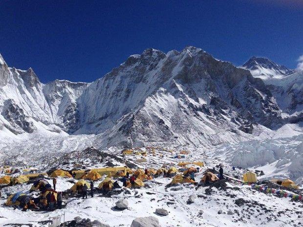 Tendas em acampamento no monte Everest (Foto: Facebook/Reprodução)