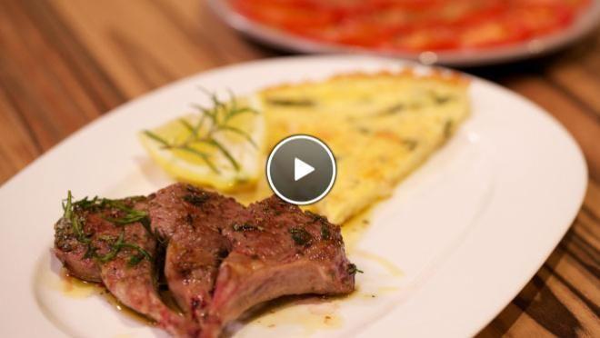 Costolette d'agnello con Frittata (lamskotelet met omelet) & Insalata di pommodori (tomaten salade) - recept | 24Kitchen