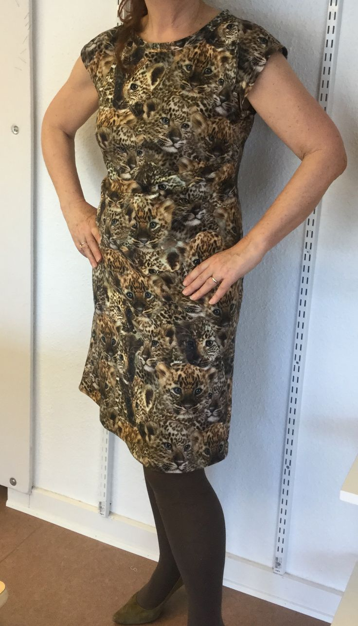 Enkel kjole syet efter mønster fra #Onionmønster# i Jersey. Printet med leopardhoveder er i fantastiske farver.