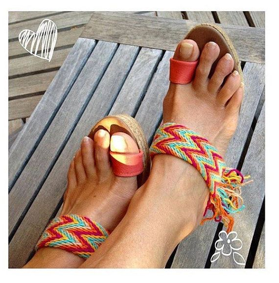 Beautiful sandal made with belts WAYUU realizdos by extraordinary colorful Colombian artisans. You can customize the color of the skin for finger. If you prefer, you can choose Strip on fingers and, finally, the height of the cuna:6, 9, 10, 12 cm, although in 12cm as it looks better the fall of fringes. A sandal, unique, exclusive, lively and stylish and, also very comfortable