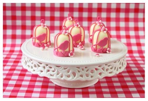 Vogelkooitje gemaakt van een witte mini negerzoen. Birdcage made of a Dutch candy called negerzoen.