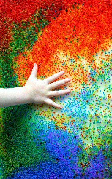 Рисуем съедобными шариками!  Создавать съедобные картины — это легко! Ваш ребенок может рисовать, а вы можете не бояться, что он потянет краски в рот. Все, что нужно, — семена базилика, пищевые красители и немного воды. Перед тем, как играть с окрашенными шариками, добавьте на поверхность немного воды, чтобы они могли свободно скользить!