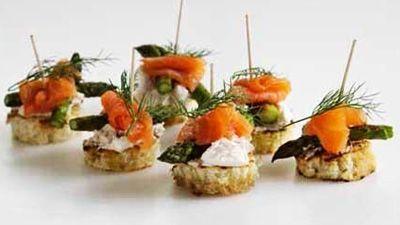 Tapasbidder med laks, asparges og friskost