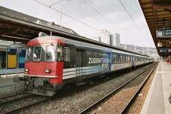 Ein Regionalzug mit fünf Wagons, inklusive Steuerwagen, haben alle die Aufschrift ZUGKRAFT AARGAU , am 07.03.04 in Brugg HB