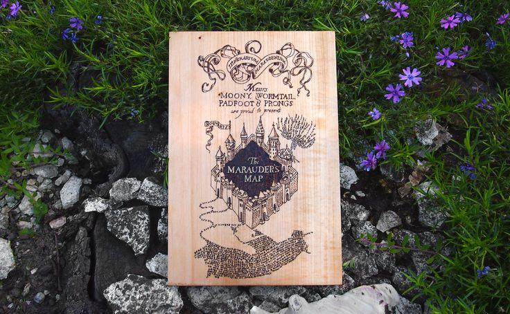 Marauders Map On Wooden Table, Pyrography  Tekergők Térképe pirográfia
