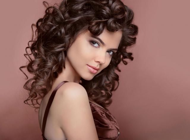 Włosy po trwałej: Jak o nie zadbać, aby były piękne?