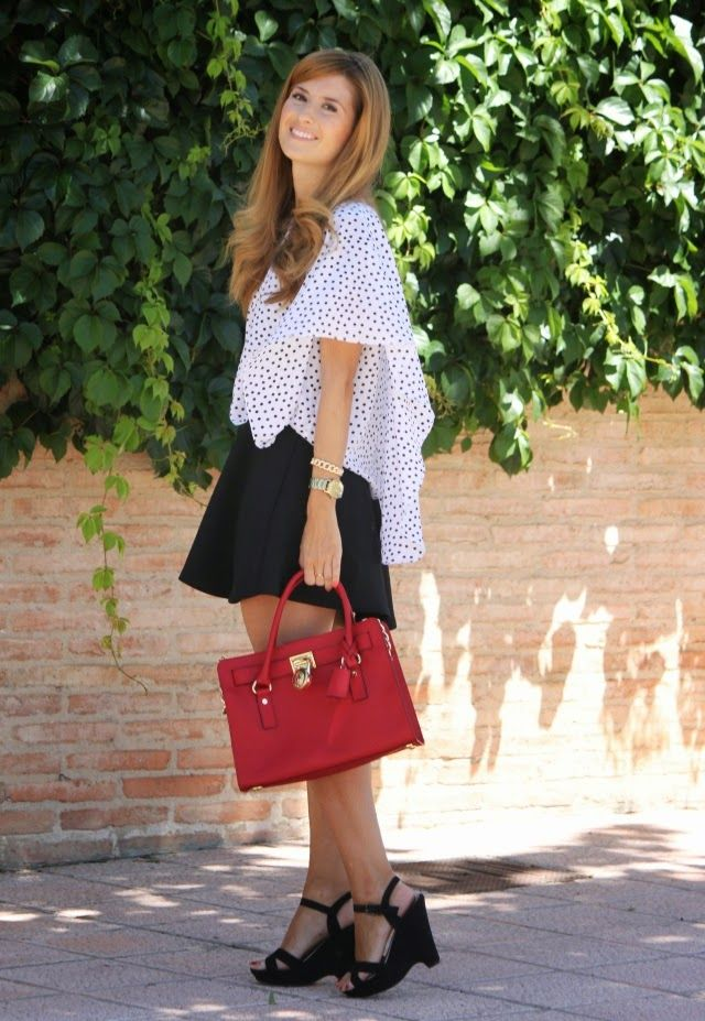 Look con blusa de lunares. Look con bolso rojo Michael Kors. A trendy life. #casual #dots #black #white #red #michaelkors #suiteblanco #luxenter #mango #ritavon #outfit #fasahionblogger #atrendylife www.atrendylifestyle.com