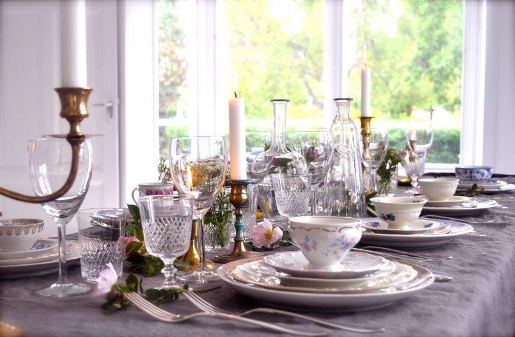 Vacker dukning till bröllop och fest. Vintageporslin, kristall, mässing. www.instagram.com/malinatsetmytable www.setmytable.se