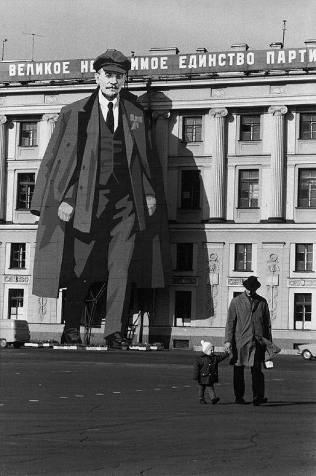 Изображение Ленина на фасаде Зимнего дворца по случаю 9 Мая, Ленинград, 1973  Анри Картье-Брессон