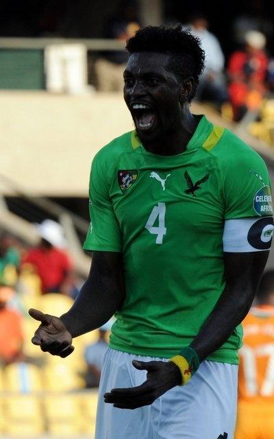 Emmanuel Adebayor de Togo se lamenta de una ocasión fallada ante Costa de Marfil