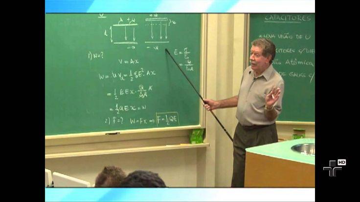 Física Geral III - Aula 5 - Capacitores e Dielétricos - Parte 2. Nesta aula, o Prof. Luiz Marco Brescansin, da UNICAMP, estuda os capacitores preenchidos com dielétricos, apresenta uma visão atômica dos dielétricos e deduz a Lei de Gauss para um capacitor com dielétrico. Finalmente, realiza um experimento com uma Garrafa de Leiden.