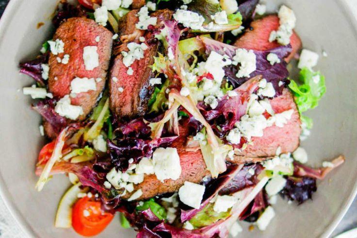 Biefstuk kan in kleine hoeveelheden gezond zijn. En in combinatie met blauwe schimmelkaas is deze gezonde biefstuksalade een absolute aanrader.