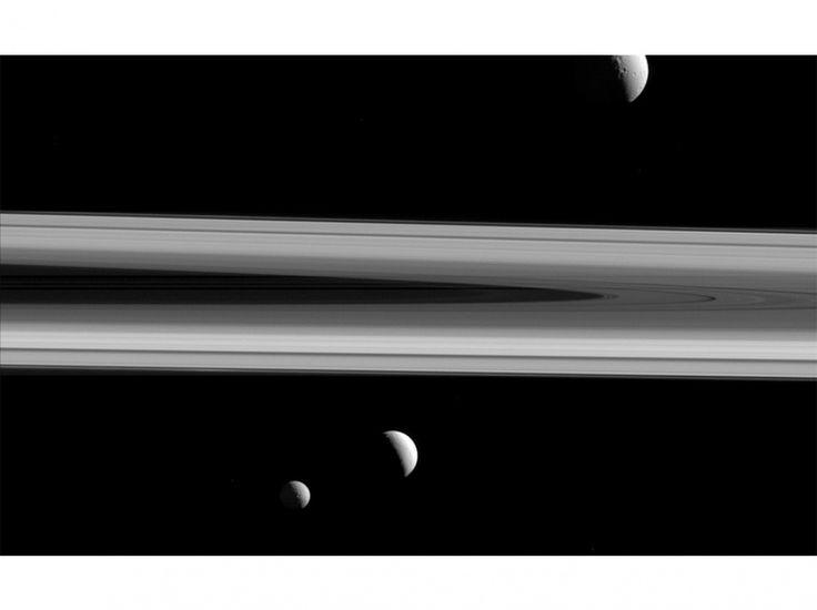 Trois des lunes de Saturne : Téthys, Encelade et Mimas. On en dénombre actuellement 62, mais d'autres sont cachées dans les anneaux.