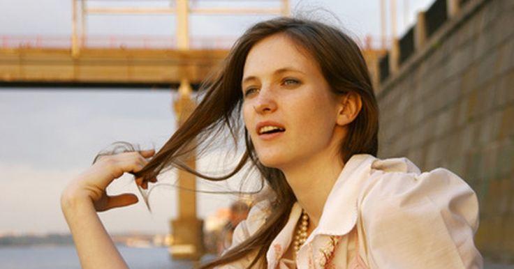 Consejos caseros para reducir la caída del cabello y la caspa. La caída del cabello puede ser un efecto secundario de algunos tipos de caspa, mientras otros tipos pueden causar picazón o inflamación que producen la pérdida del cabello. Si has notado la descamación y la pérdida del cabello, hay algunas cosas que puedes tratar de hacer en tu hogar para reducir aquellas molestias. Por supuesto, si aún así ...