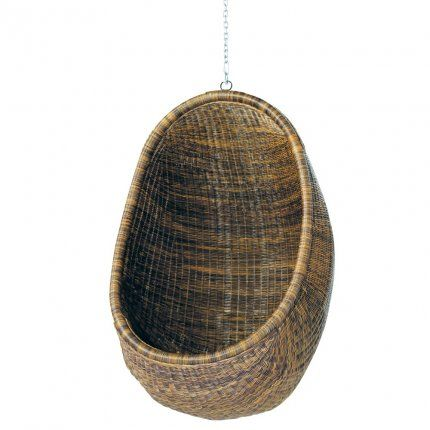 This chair is original because of its rounded shape and its suspension. Woven rattan, it calls for comfort with its egg-shaped that, once inside envelops us like a cocoon véritabe. It is hung from a tree in the garden, like a swing.