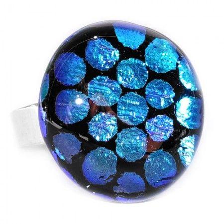 Handgemaakte glazen ring van zwart glas met blauwe stippen.