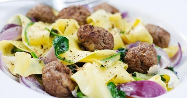 Markus Aujulays köttbullar, smaksatta med rivna champinjoner. Servera till pastasås med dijonsenap och spenat. Gott och snabblagat!