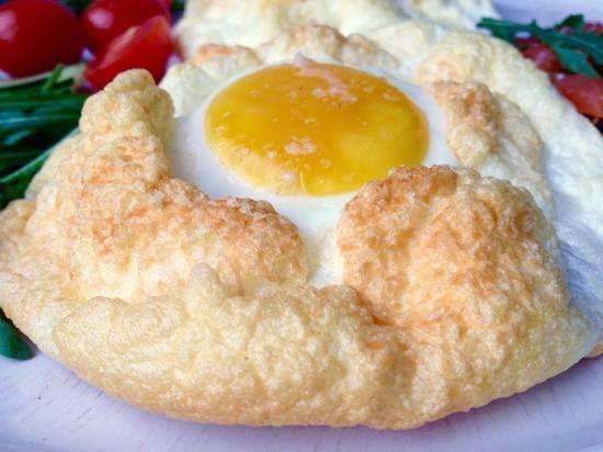 """Очень простой и очень вкусный рецепт французского завтрака. В сети я встречала его под названием """"яйцо в облаке"""". И выглядит это именно так – аккуратный желток в облаке взбитого, воздушного белка. За…"""