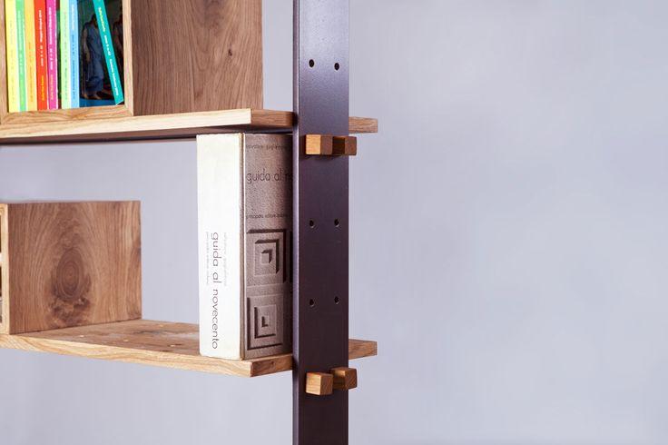 """Le dimensioni del modulo base della libreria di design """"Legno al cubo"""" permettono di accostare nel tempo altri moduli. Realizzata su misura dalla Semprelegno e ideata dalla designer Miranda Morico."""