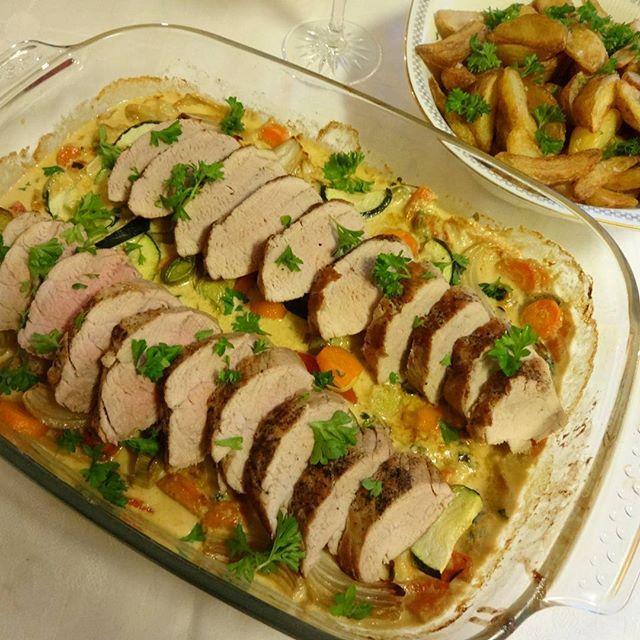 Smaksrik, enkel og god middag ! Mørt svinekjøtt servert med ett lass grønnsaker -og en skvett fløte ღ Jeg serverte retten med ov...