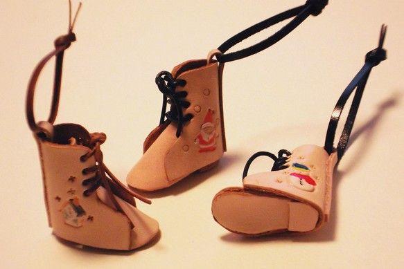 ●牛革製の可愛いミニスケート靴です●ひも付きなのでクリスマスツリーに掛けたりすると可愛いですよ●靴側面の模様は次の3種類の組み合わせです サンタ/サンタ ...|ハンドメイド、手作り、手仕事品の通販・販売・購入ならCreema。