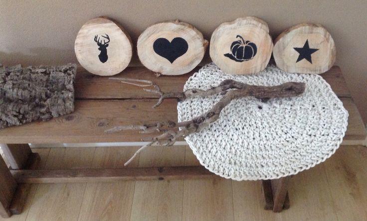 XXL boomschijven / boomstammen bewerkt met schoolbordverf met afbeelding van ster, hart rendier en pompoen. Meer info op mijn FB Pagina Mandyzijn Creaties.