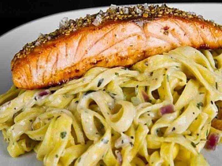 Tagliatelle mit Lachs Zubereitung: Erst nehmen Sie sich einen großen Topf mit Wasser und bringen diesen zum kochen. Anschließend fügen Sie ungefähr 1 1/2 Tl Salz …