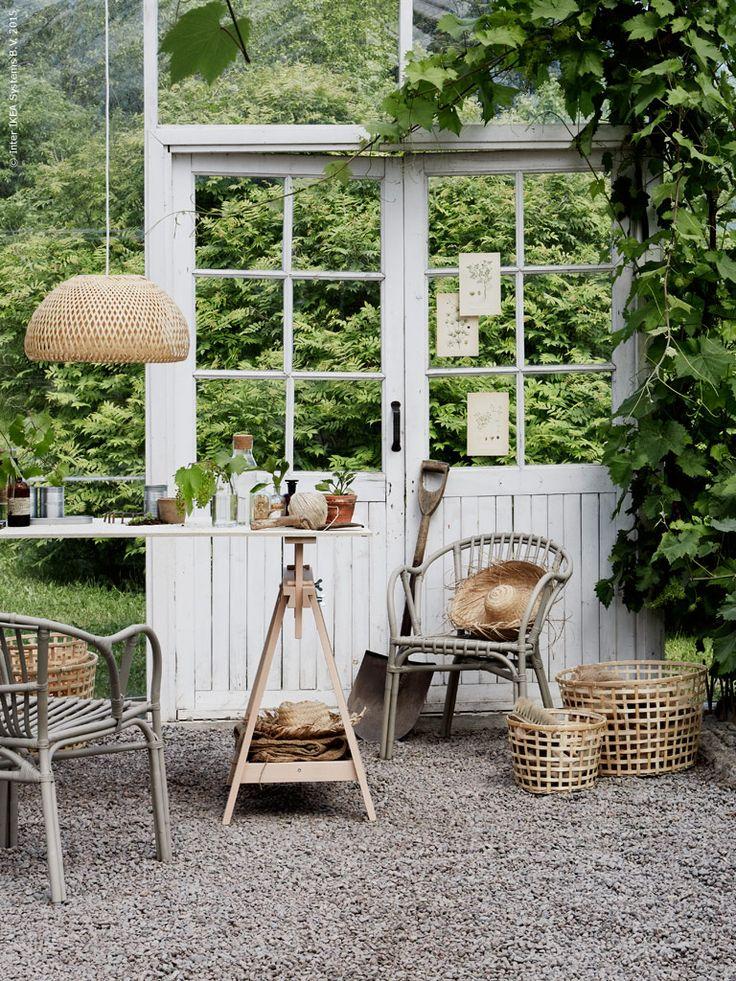 Förnyelsebara naturmaterial känns alltid lika aktuellt och bidrar verkligen till den där lätta sommarkänslan. Rottingfåtöljen HOLMSEL är skön att vila i en stund. GADDIS korgar, BÖJA taklampa är handgjord och därmed är varje skärm är unik. FINNVARD benbockar bildar enkelt en arbetsplats i växthuset. IKEA 365+ karaff med kork, FRÖER odlingsset, ENSIDIG flaska.