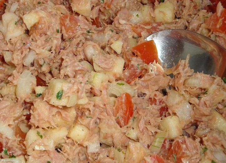 Bij La Place eet ik vaak een lekkere focaccia met tonijnsalade. Thuis heb ik geprobeerd de salade na te maken. Dit recept komt aardig in de buurt, al smaakt hij niet helemaal hetzelfde.