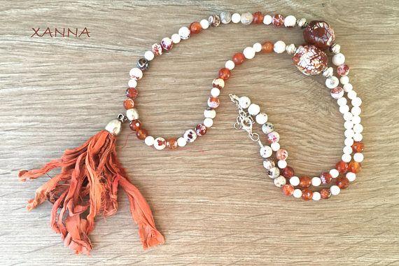 """COLLAR """"TANGERINE""""  Cuentas de ágata fuego facetada blanco-naranja y de ágata facetada blanca, con nuggets facetados de ágata dragón blanco-marrón, con abalorios plateados y borla sari naramja. - cuentas: ágata fuego facetada blanco-naranja (8mm), ágata facetada blanca (6mm) con nuggets facetados de ágata dragón blanco-marrón (22x14mm) - colgante: borla sari de seda natural naranja (11 cm)  Largo total del collar: 48 cm"""