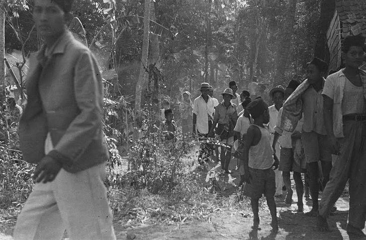 Soerabaja (Dorpsbevolking loopt door het bos 1946) - Collectie nationaal archief