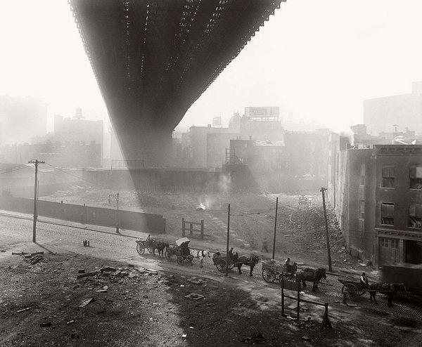 Конные повозки под Бруклинским мостом.Нью-Йорк. США. 6 мая 1918.
