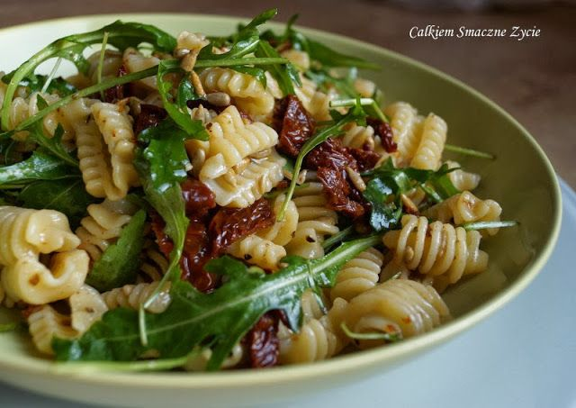 Pasta salad with sun dried tomatoes, arugula and sunflowers seeds